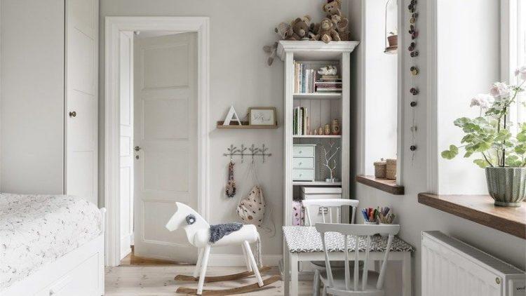 Белые двери в детской