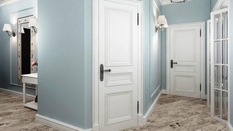 Белые двери в коридоре квартиры