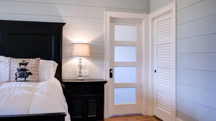 Белые двери в спальне